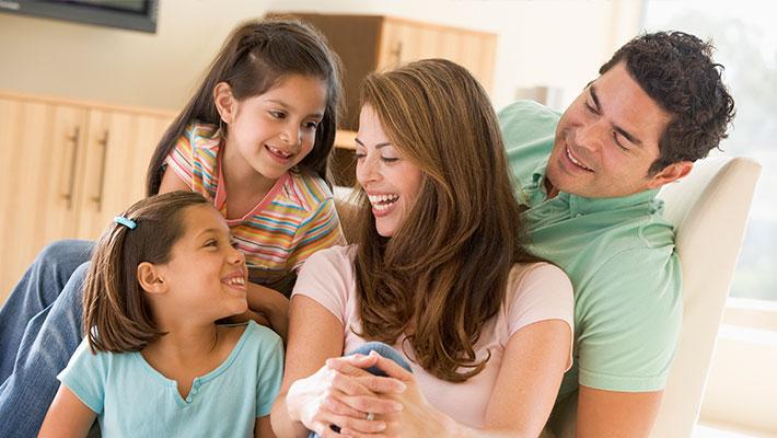 Familia feliz disfrutando de un ambiente bien iluminado dentro del hogar