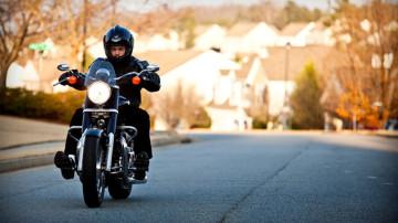 conductor de motocicleta transitando de manera segura por la carretera
