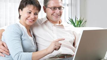 Pareja de esposos buscando en internet un buen seguro de vida