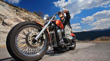 Conductor manejando una motocicleta asegurada