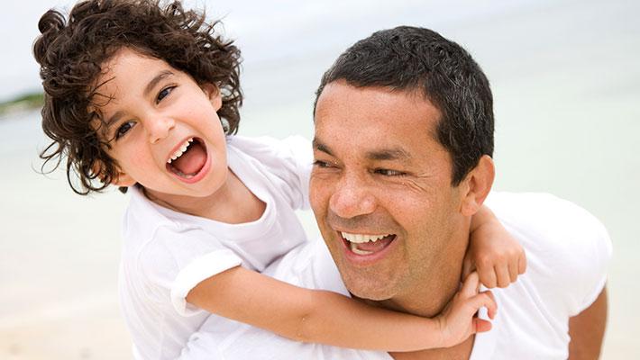 Un padre y su hijo saliendo de paseo al aire libre