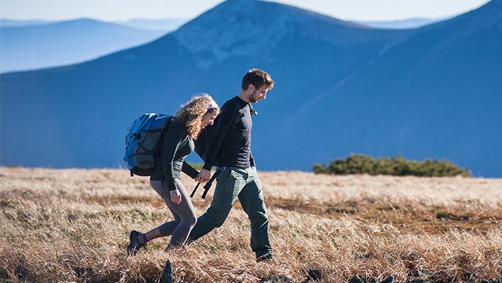 Dos jóvenes paseando en un lugar seguro y al aire libre