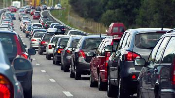 Una fila de vehículos transitando por la carretera