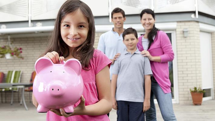 Familia ahorra dinero en seguro de hogar