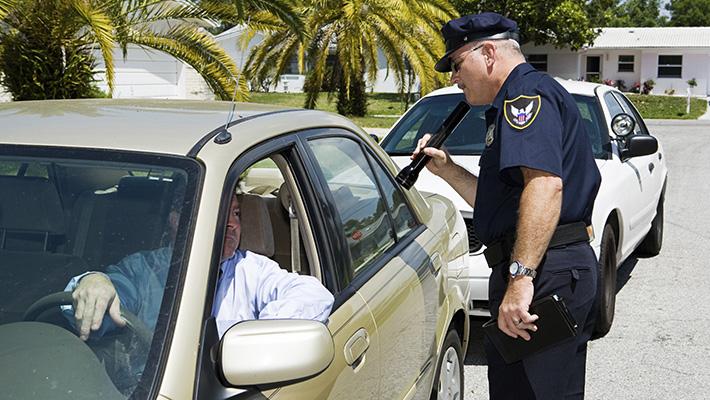 Oficial-de-la-policía-realizando-un-test-de-alcoholemia